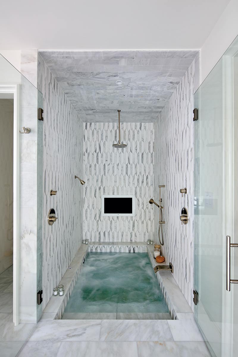 Luxurious white shower/tub