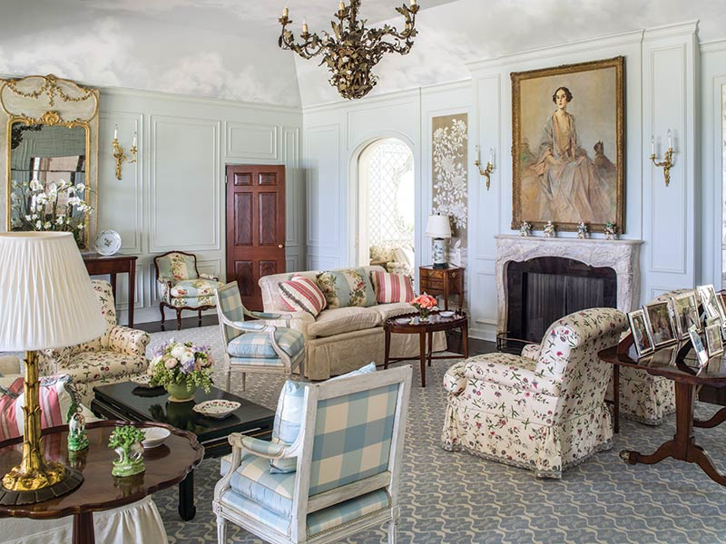 Traditional transitional style living room